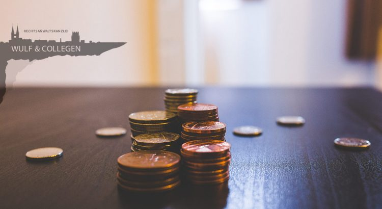 Gestapeltes Kleingeld auf einem Tisch