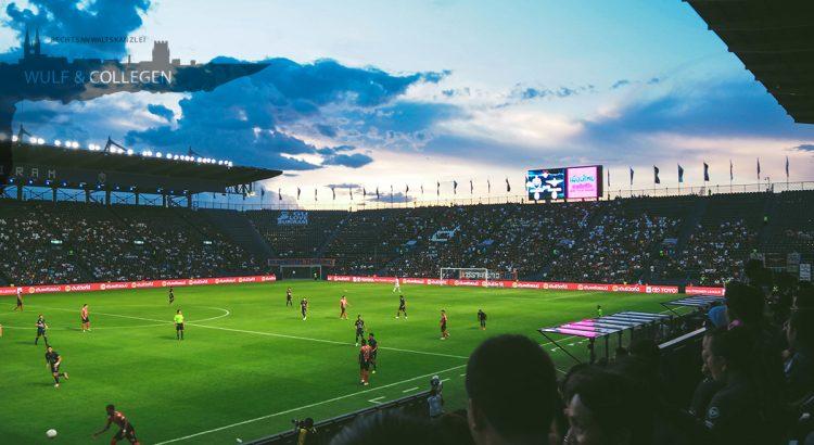 Ein Foto aus einem Fußballstadion, während 2 Mannschaften spielen
