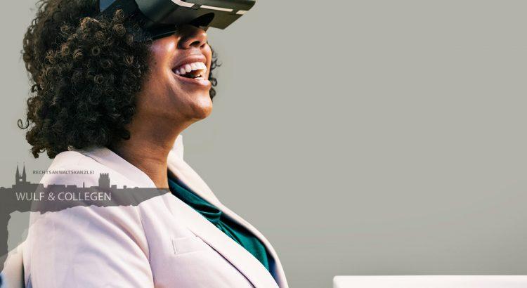Eine Frau erfreut sich über das, was sie hinter einer VR-Brille sieht