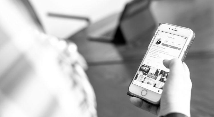 Eine Person bedient ihr Handy und ist auf der Instagram-Seite der Kanzlei