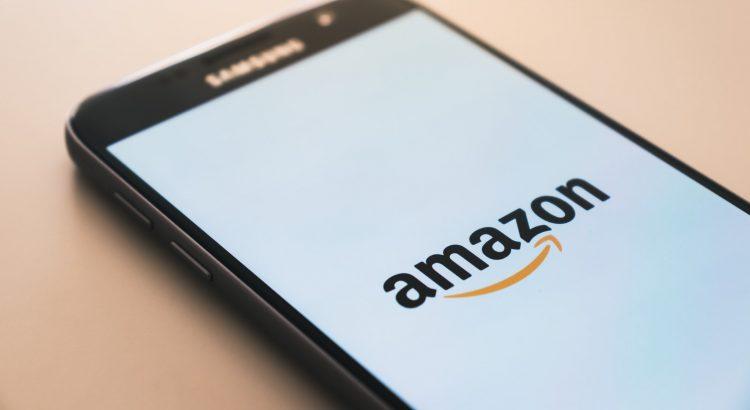 Ein Auschnitt eines Handys, wo das Amazon-Logo zu sehen ist